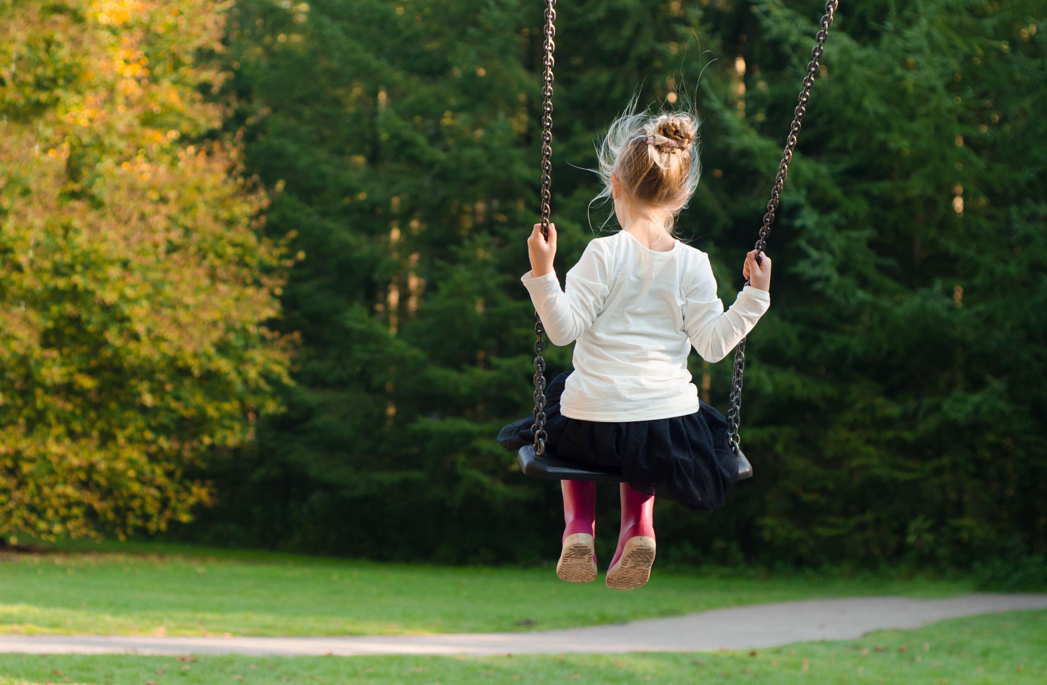 Foto profissional grátis de árvores, balanço, criança, garota