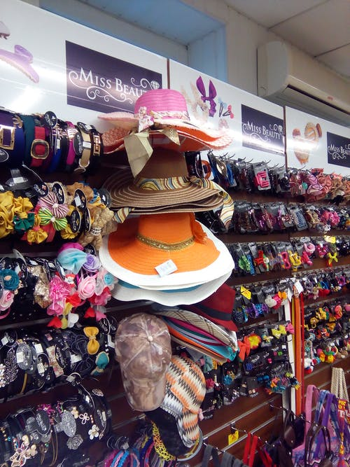 Ilmainen kuvapankkikuva tunnisteilla asusteet, glam naisten hatut, hattujen asusteet, hatun varusteiden kokoelma