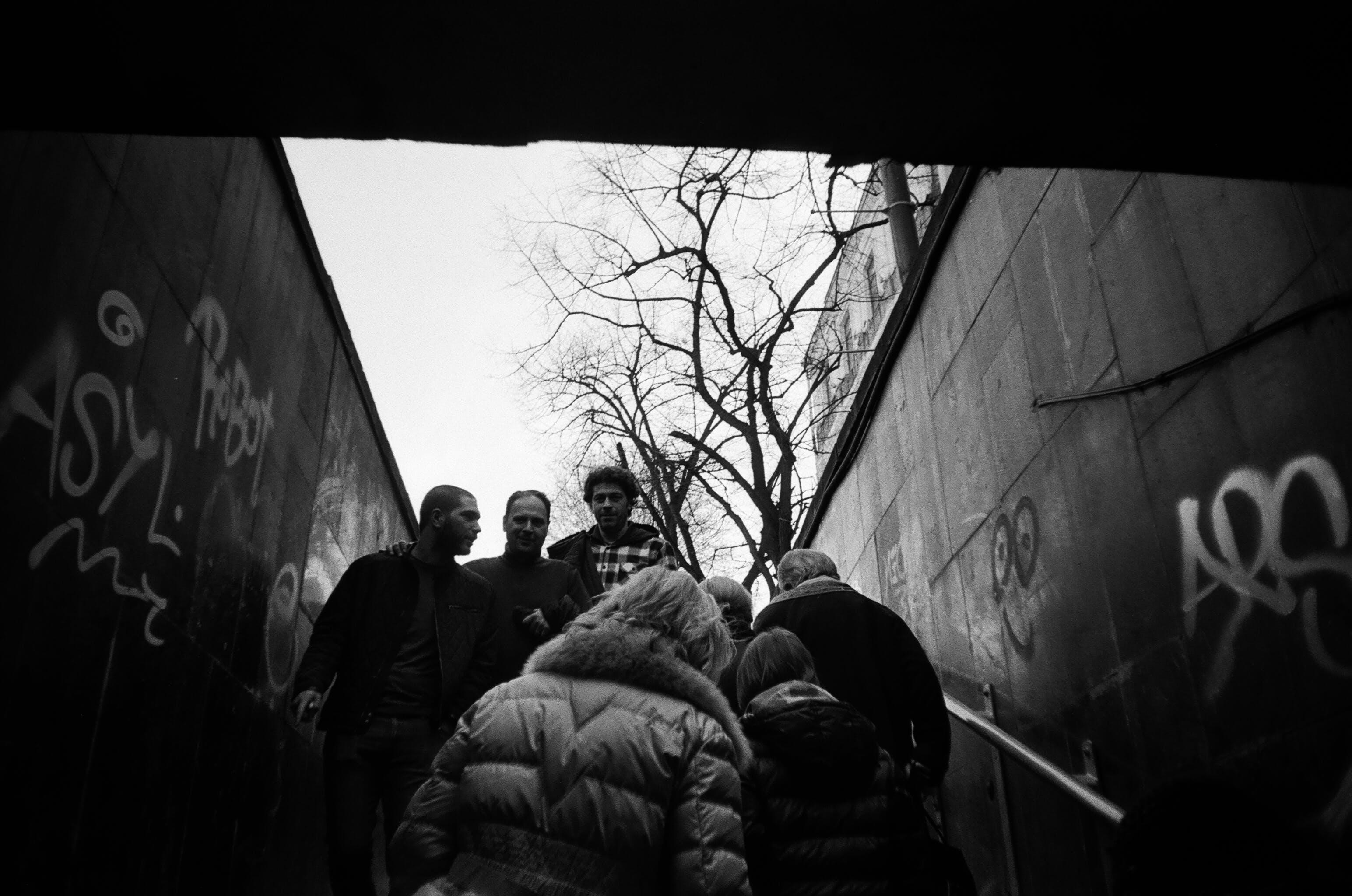 Kostenloses Stock Foto zu schwarz und weiß, menschen, graffiti, männer