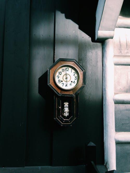 Images libres de droits de antiquité, horloge, mur, rétro