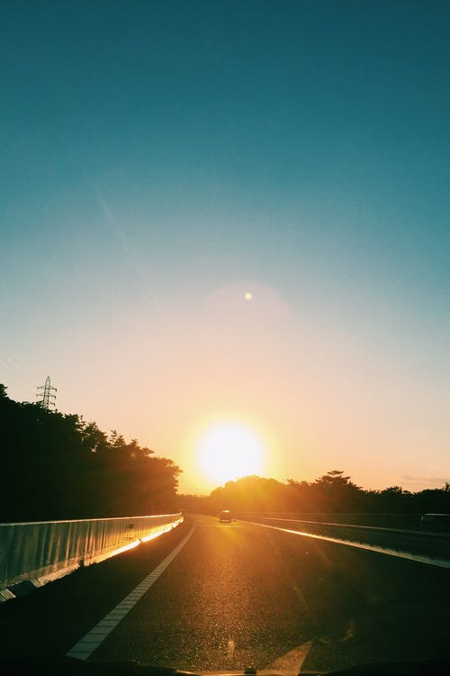 Základová fotografie zdarma na téma rychlostní silnice, silnice, ulice, západ slunce
