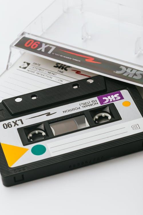 Gratis lagerfoto af etui, hvid baggrund, kassette, kassettebånd