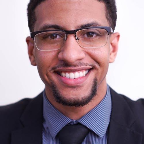 Kostnadsfri bild av glasögon, man bär glasögon, svart man