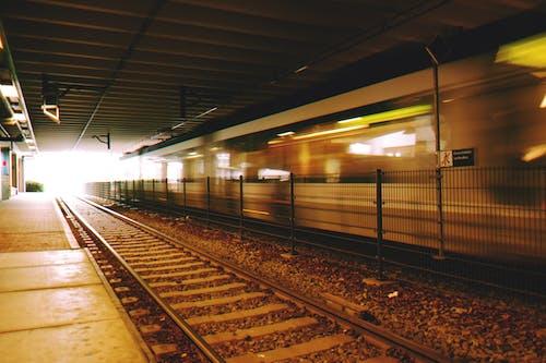 Kostnadsfri bild av järnväg, kollektivtrafik, ljus, lokomotiv