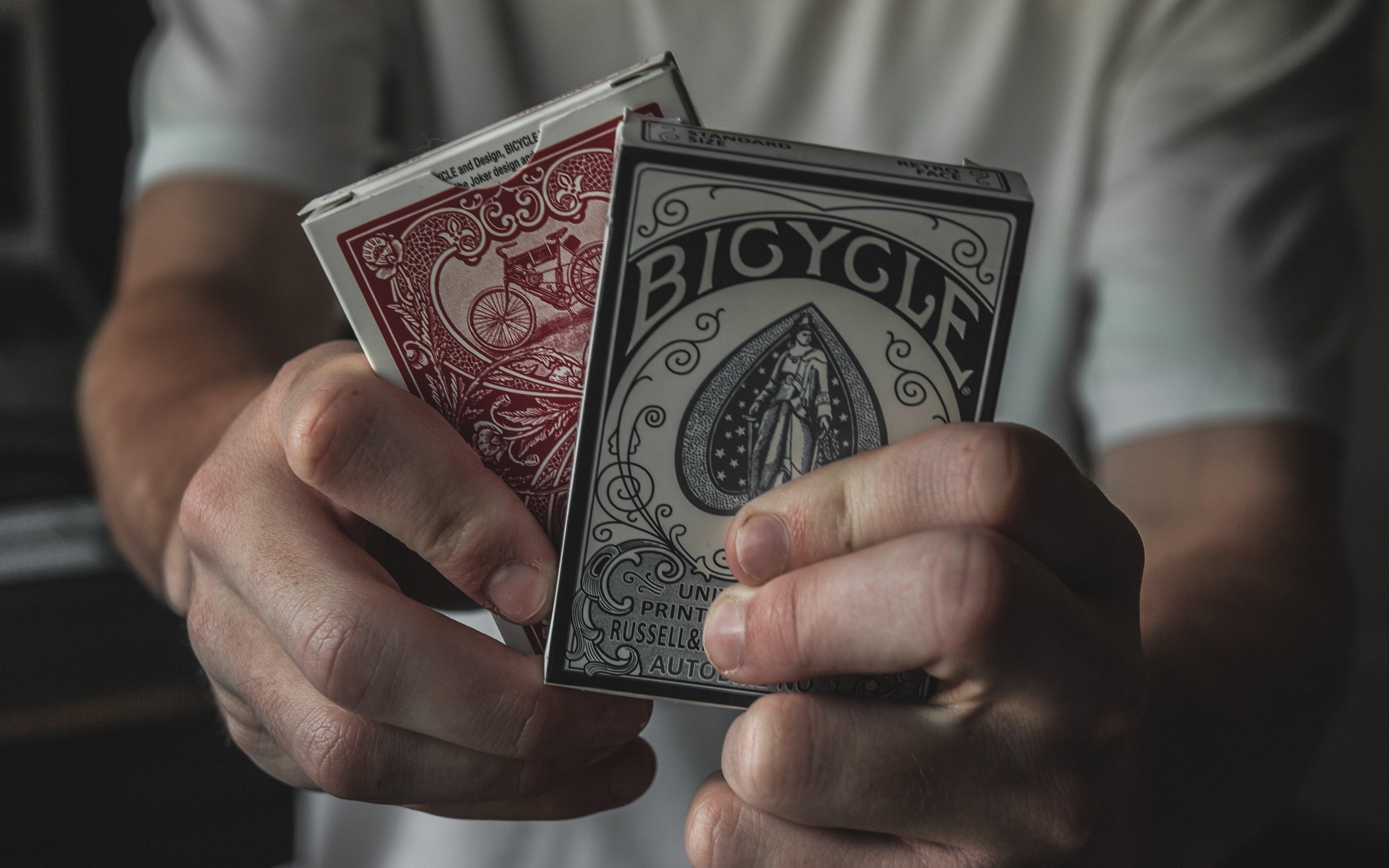 Gratis lagerfoto af hænder, kort, spillekort