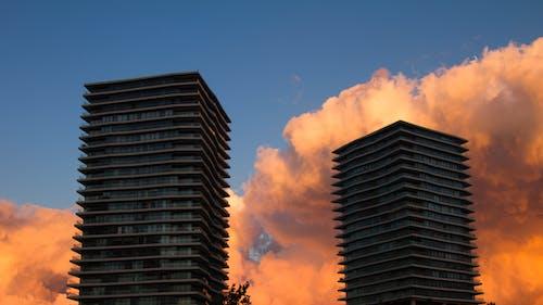Foto d'estoc gratuïta de cel, cel blau, cel vermell, edificis