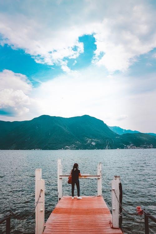 Kostnadsfri bild av berg, dagsljus, hav, person