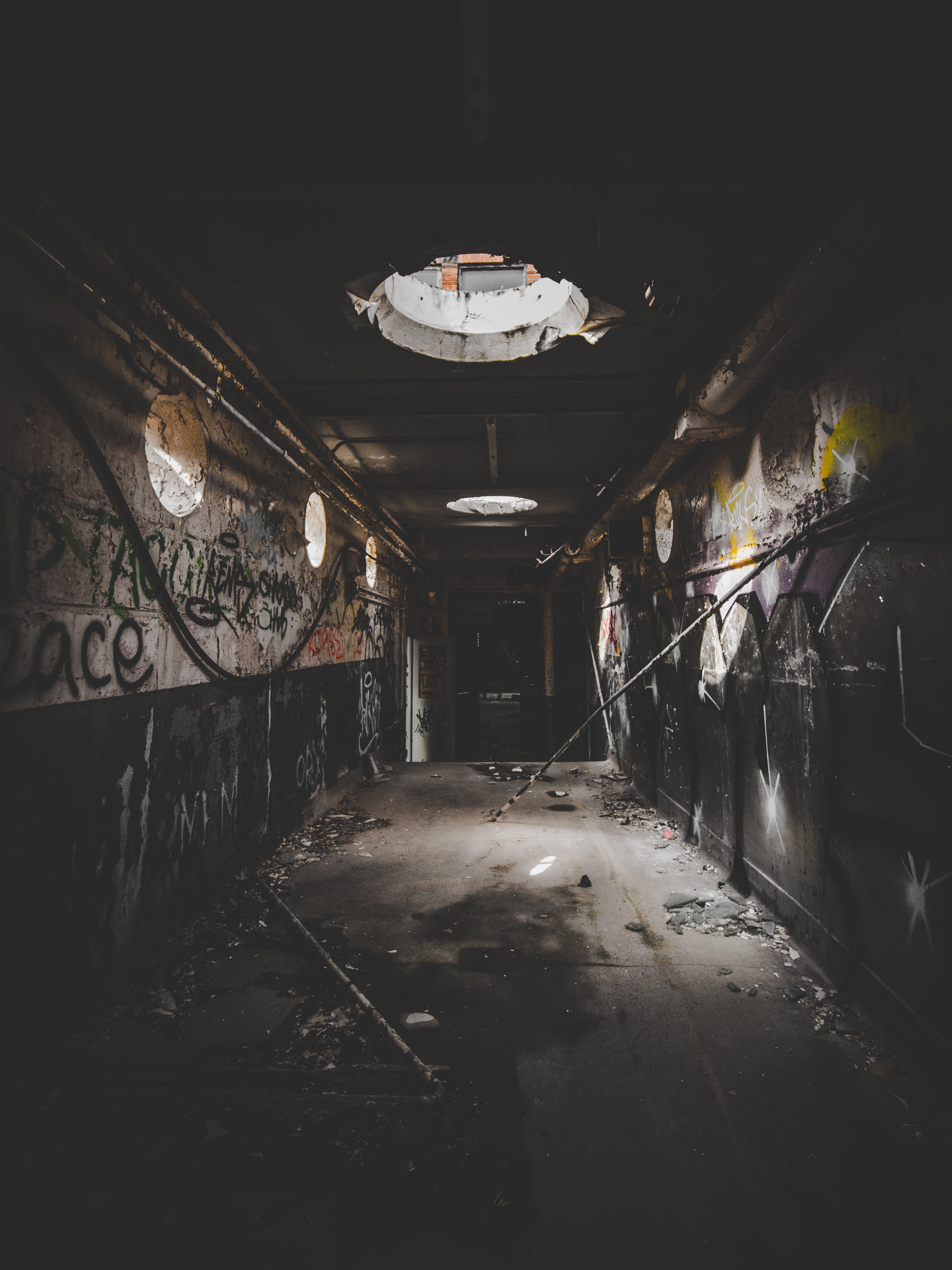 Kostenloses Stock Foto zu baufällig, dreckig, drinnen, dunkel
