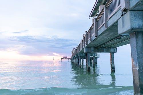 Безкоштовне стокове фото на тему «берег моря, будівля, вечір, вода»