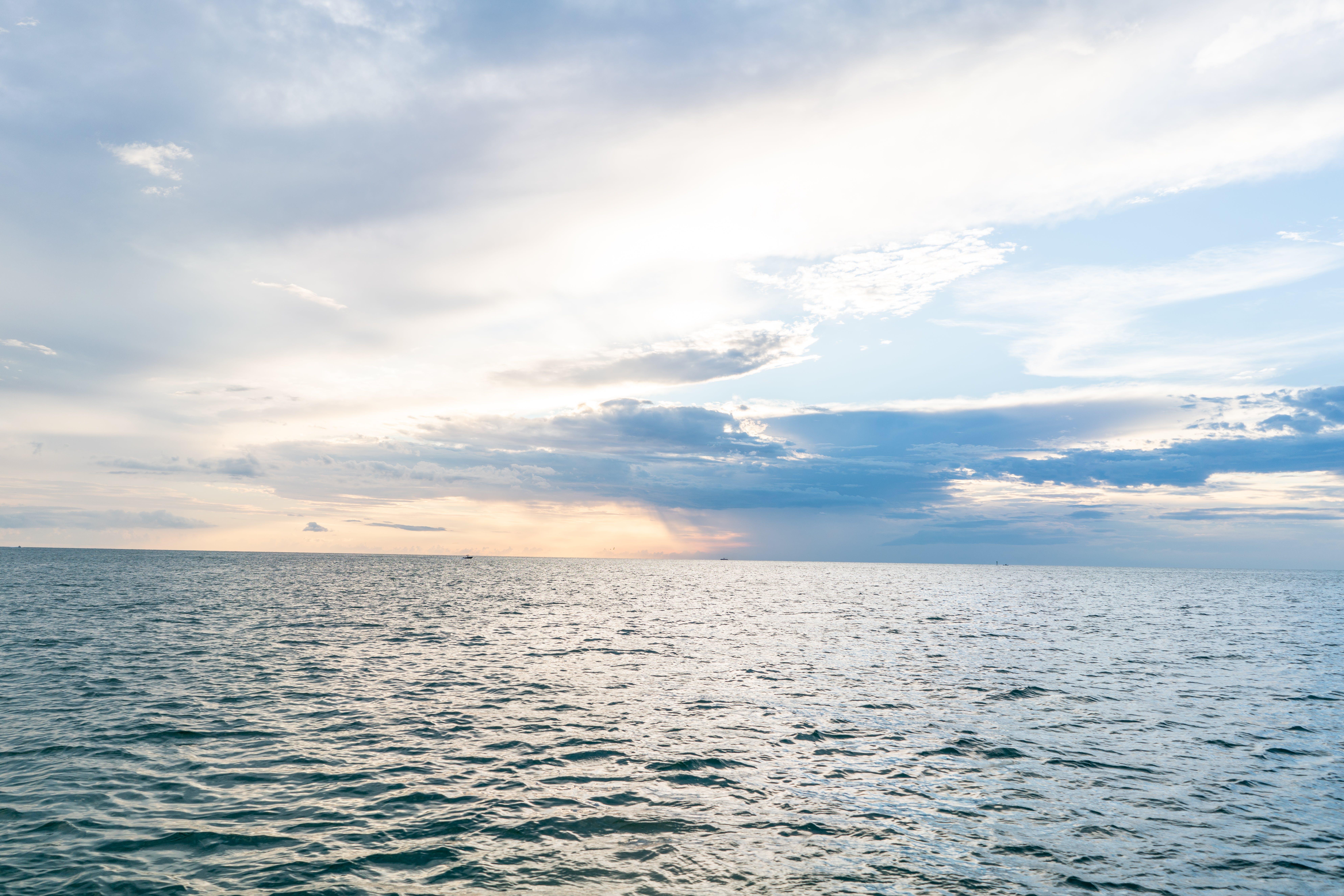 Kostenloses Stock Foto zu sonnenuntergang, wolken, ozean, blaues wasser