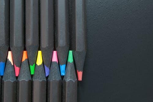 Безкоштовне стокове фото на тему «барвистий, кольорові олівці, олівці, різнокольоровий»