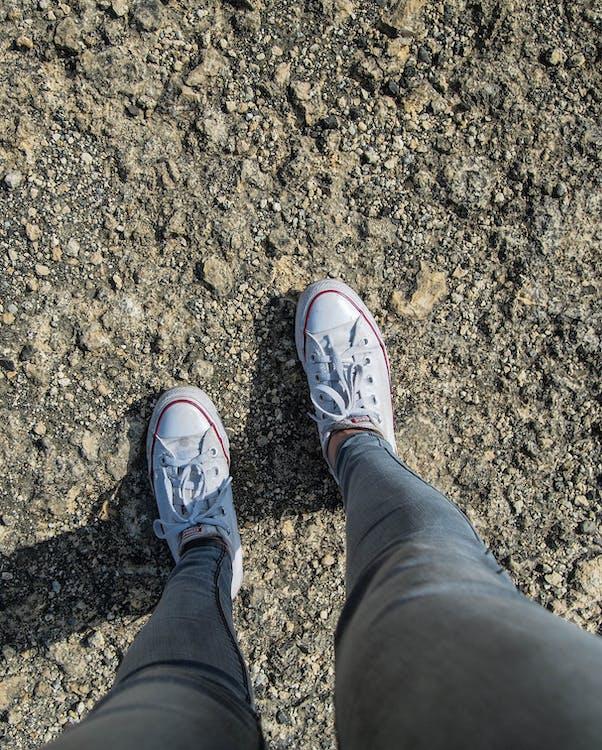 Foto de stock gratuita sobre Converse, rocas, zapatos blancos