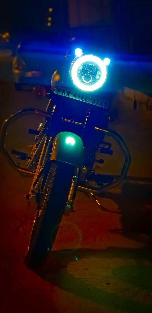 Foto profissional grátis de bicicleta de montanha, bicicleteiro, enfield real, fotografia noturna