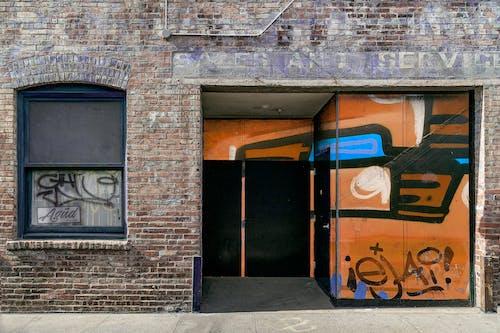 Fotobanka sbezplatnými fotkami na tému fasáda, graffiti, opustená budova, ošúchaný