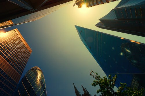 Gratis stockfoto met architectuur, avond, binnenstad, boom