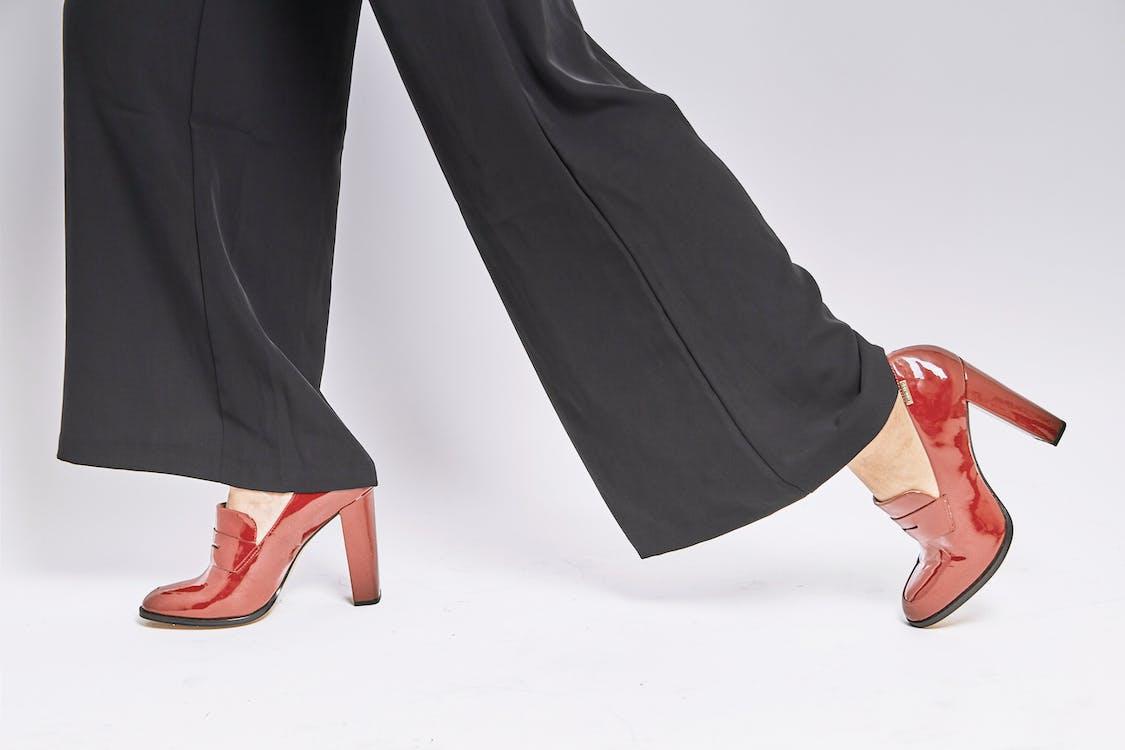 bílé pozadí, boty, červené boty