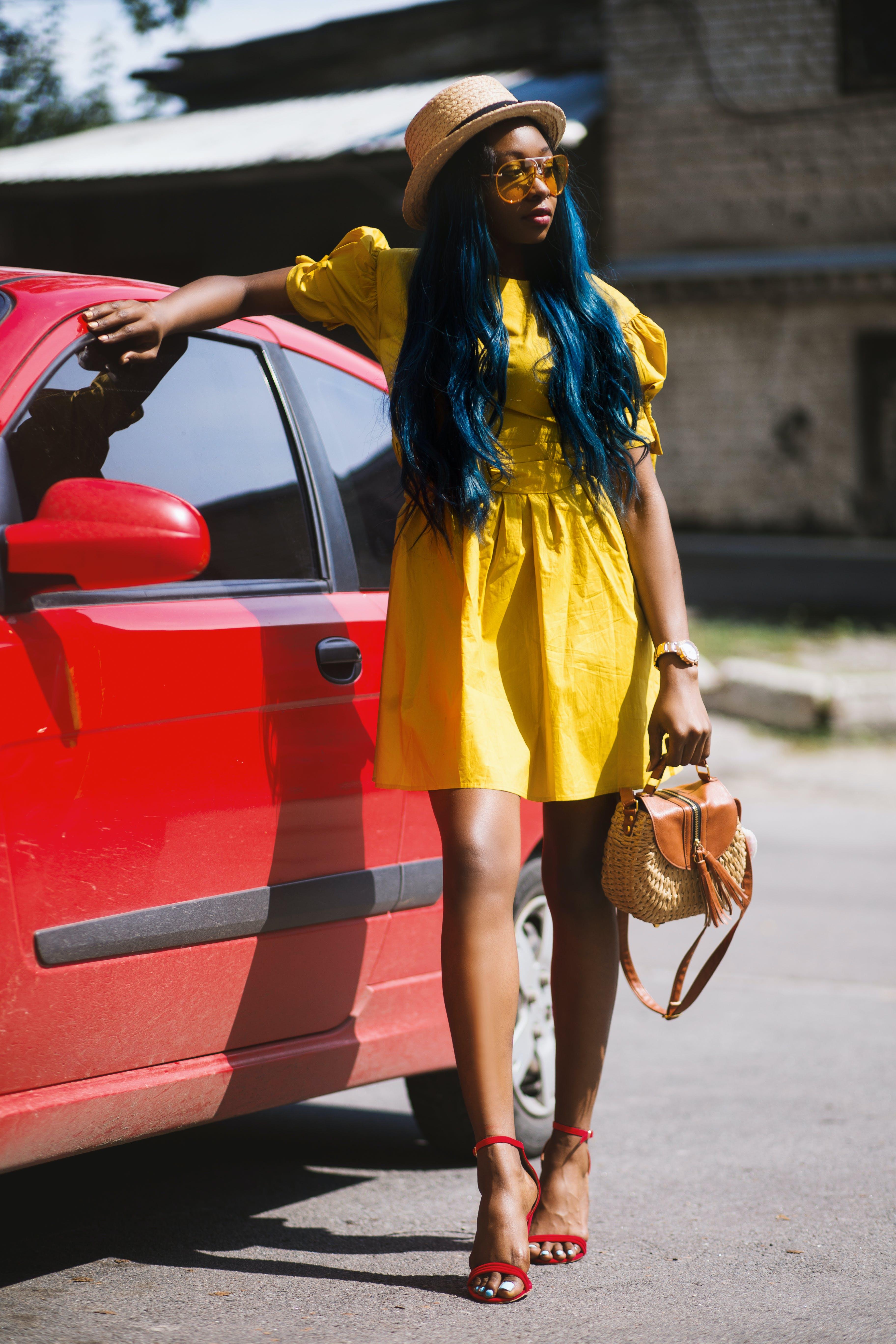 Darmowe zdjęcie z galerii z czarna dziewczyna, czerwone buty, czerwony samochód, droga
