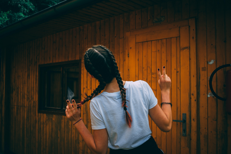 dagslys, flettet hår, fredstegn