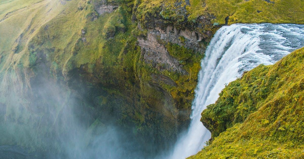 Fotografi Pandangan Mata Burung Air Terjun Yang Menembus Tebing · Foto Stok  Gratis