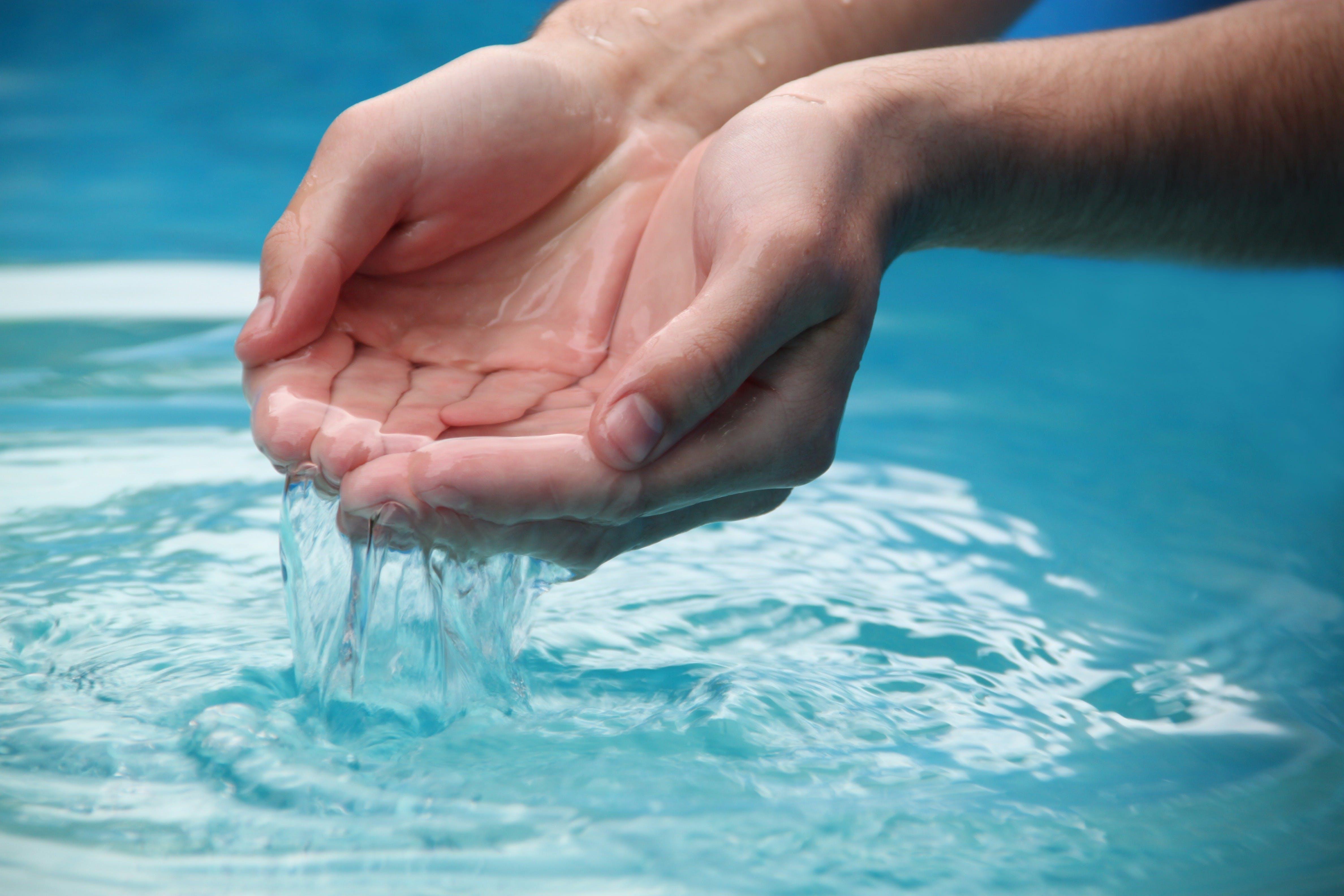 Gratis lagerfoto af forfriskende, h2o, hænder, person