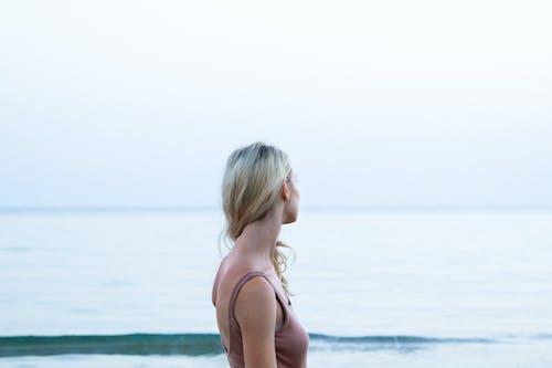 Základová fotografie zdarma na téma holka, léto, mávání, moře