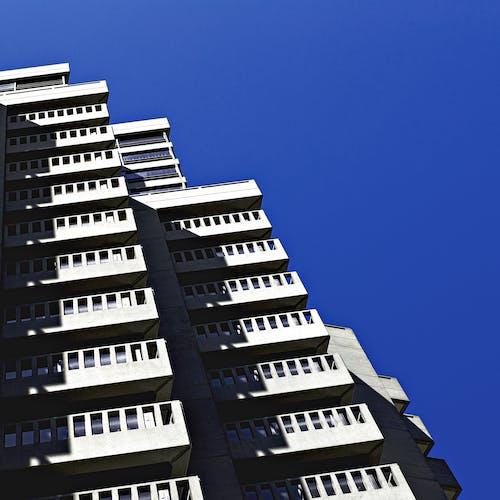 bina, bürolar, çağdaş, cam eşyalar içeren Ücretsiz stok fotoğraf