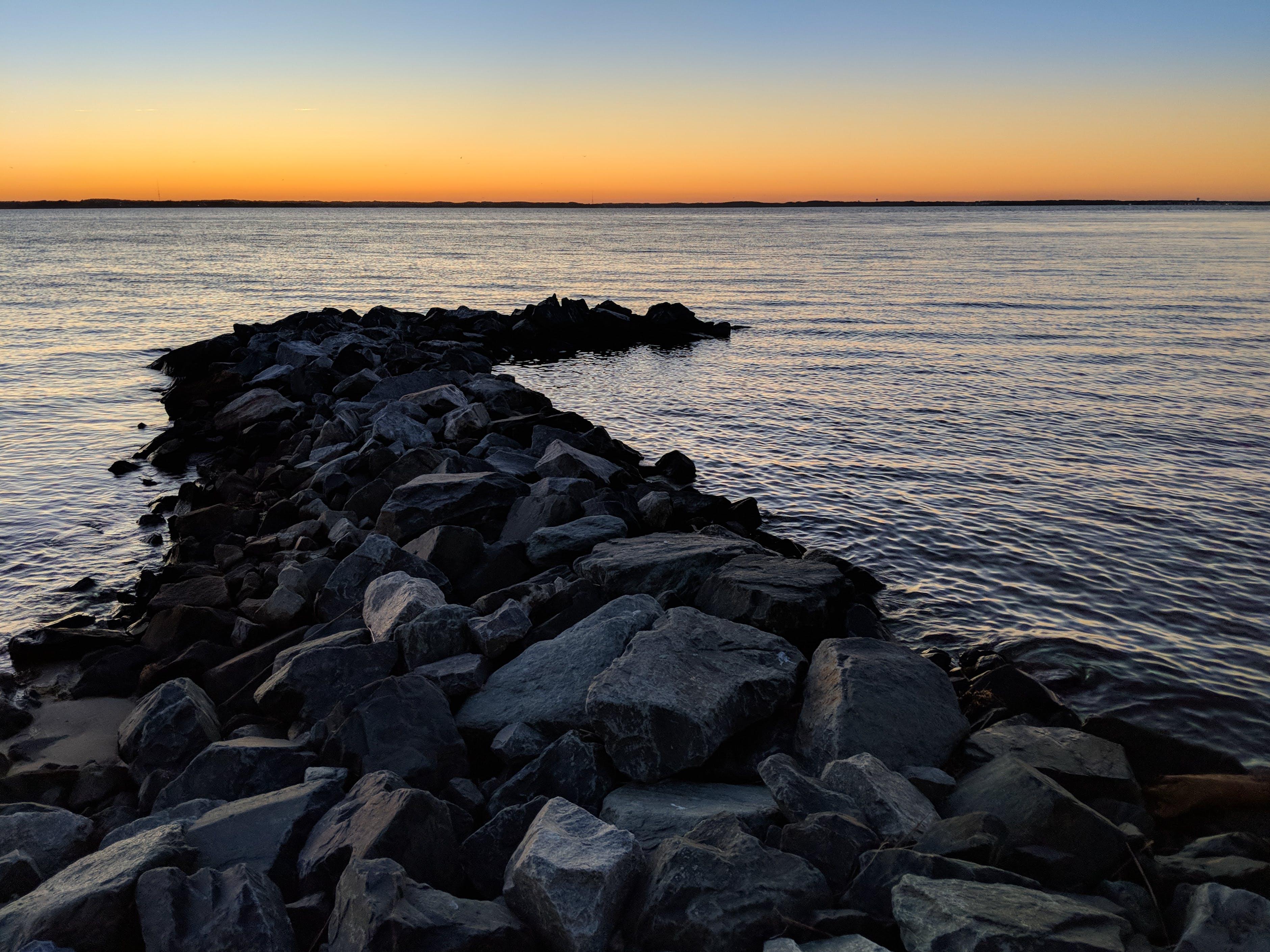 Fotobanka sbezplatnými fotkami na tému mólo, skaly, záliv, západ slnka