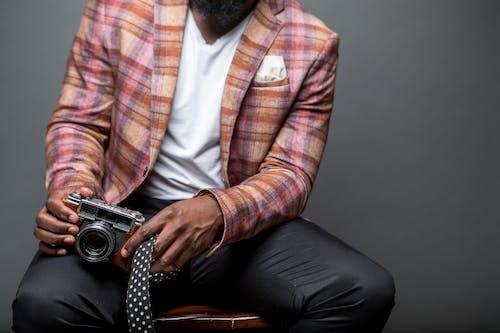 Gratis stockfoto met binnen, camera, fashion, gekleurde man