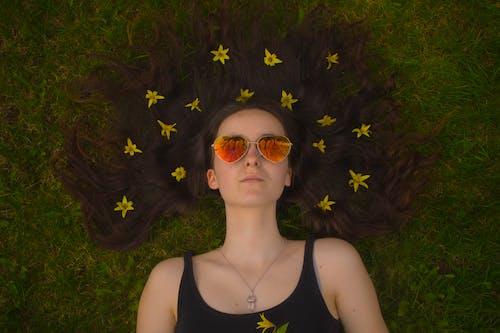 aşındırmak, Çiçekler, fotoğraf çekimi, gözlük içeren Ücretsiz stok fotoğraf