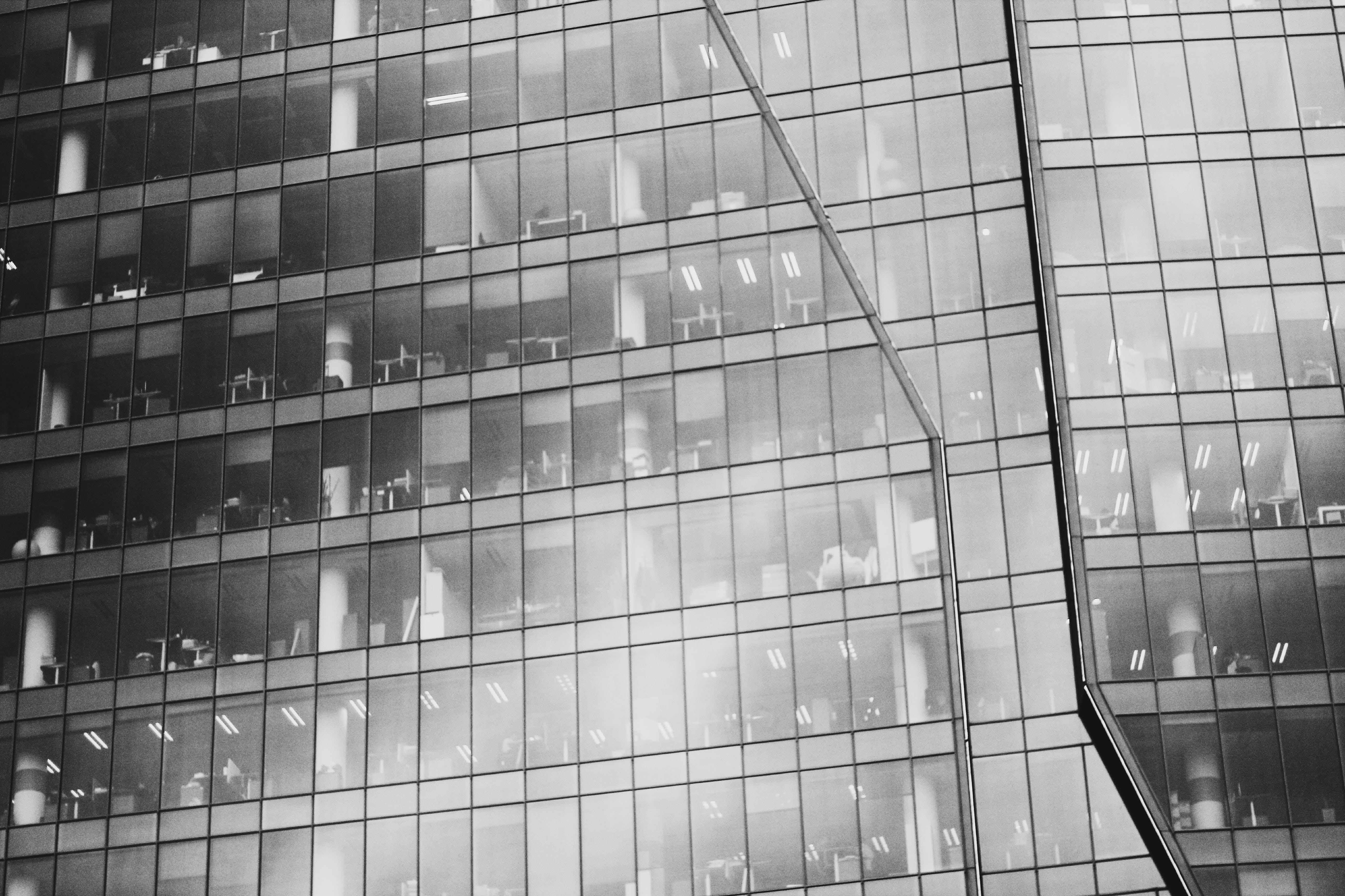 Kostenloses Stock Foto zu schwarz und weiß, büro, architektur, fenster