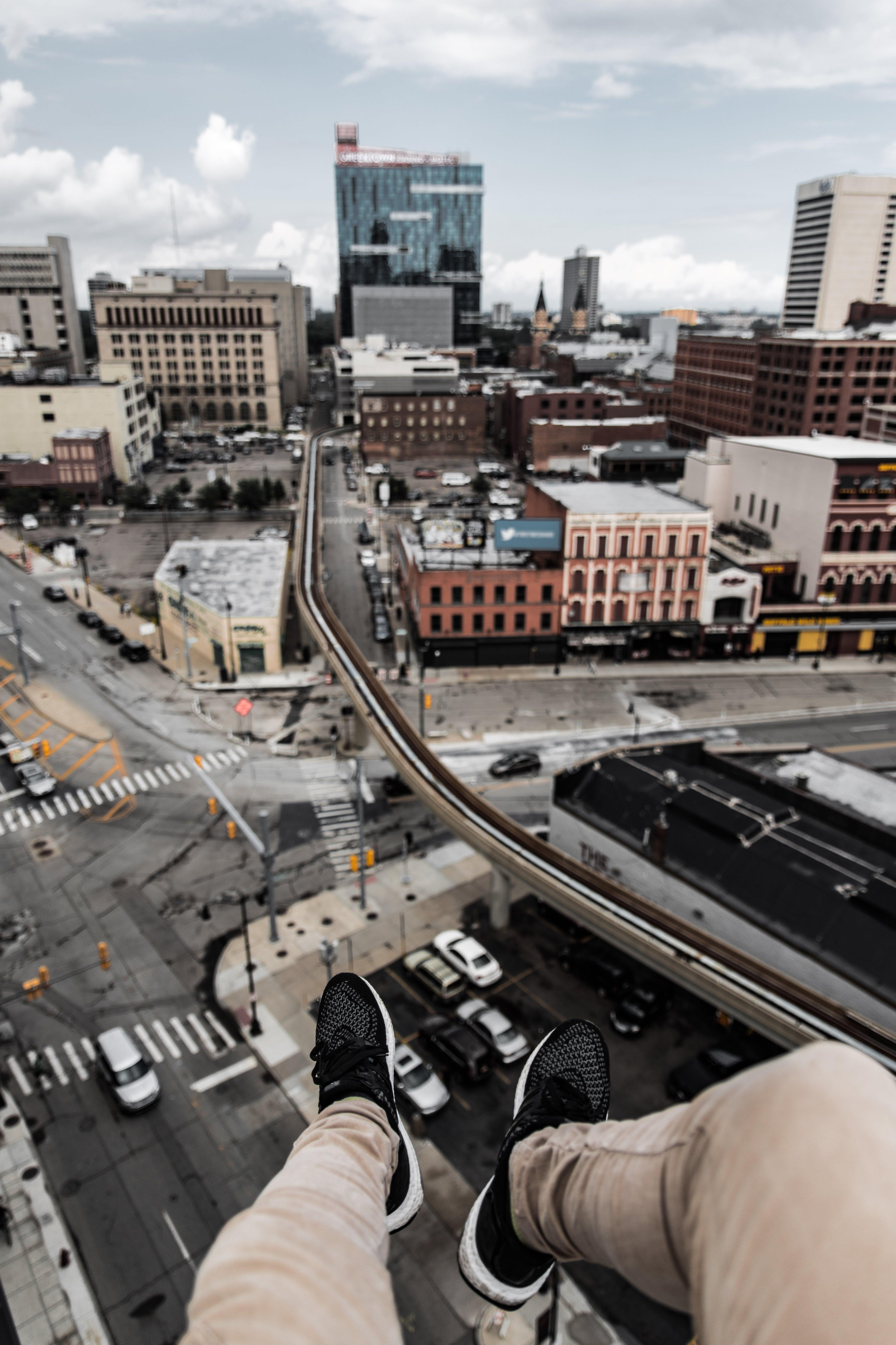 Gratis stockfoto met architectuur, auto's, benen, binnenstad