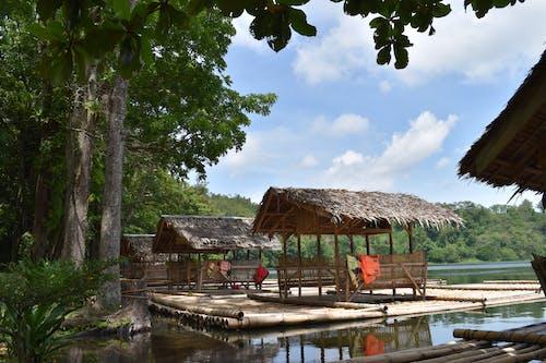 Foto profissional grátis de cabanas flutuantes em um lago