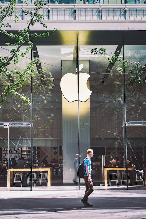 Hombre Pasando Por Una Tienda De Apple