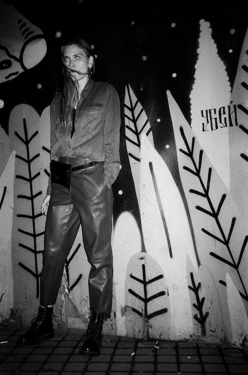 Kostenloses Stock Foto zu fashion, frau, gesichtsausdruck, graffiti