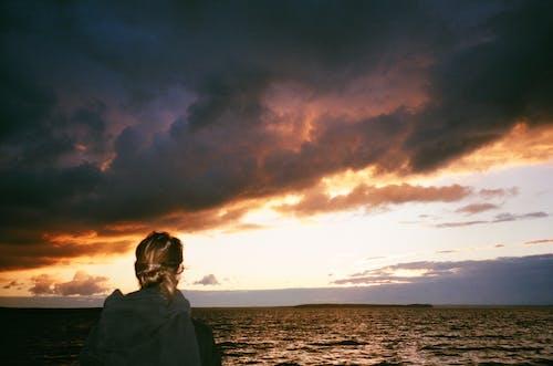 Gratis stockfoto met achtergrondlicht, avond, berg, blond haar