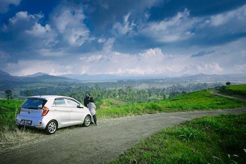 Kostnadsfri bild av bergen, bil, dagsljus, fält