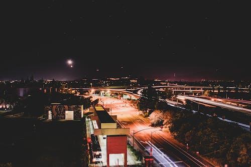 Darmowe zdjęcie z galerii z architektura, autostrada, budynki, ciemny