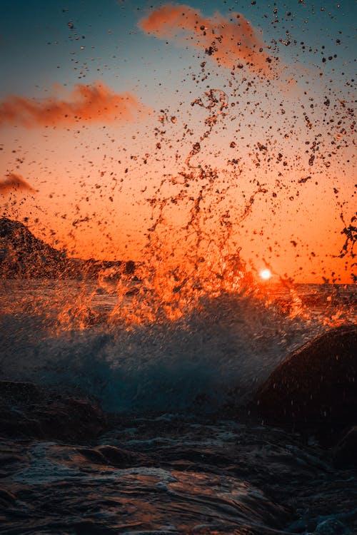 Foto d'estoc gratuïta de aigua, alba, cel, esquitxada