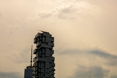 Foto profissional grátis de arranha-céus, céu cinza, construção, urbano