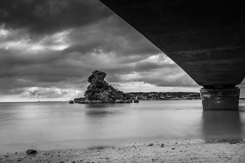 Ingyenes stockfotó fekete-fehér, felhő, óceánpart témában
