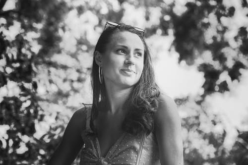 Základová fotografie zdarma na téma brunetka, černobílá, lak, na výšku