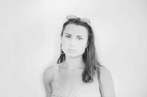Základová fotografie zdarma na téma brunetka, černobílá, krásné oči, lak