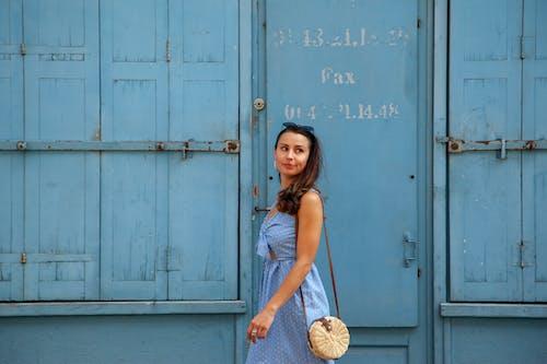 Základová fotografie zdarma na téma brunetka, lak, lidé, modré šaty