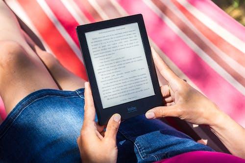 ereader, 공석, 넘겨주기, 독서하는의 무료 스톡 사진