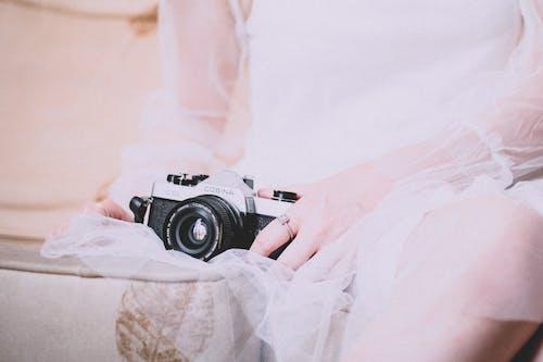 Ảnh lưu trữ miễn phí về con gái, Máy ảnh, tay, trang phục