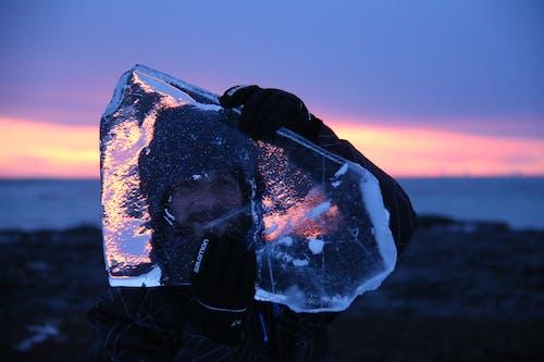 Бесплатное стоковое фото с вечер, лед, мужчина, отражение