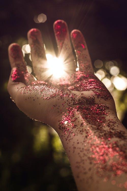 bulanık arka plan, el, ışıklar, karanlık içeren Ücretsiz stok fotoğraf