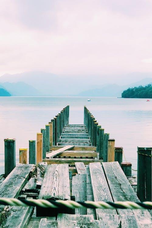 Základová fotografie zdarma na téma budova, cestování, cestovní ruch, člun