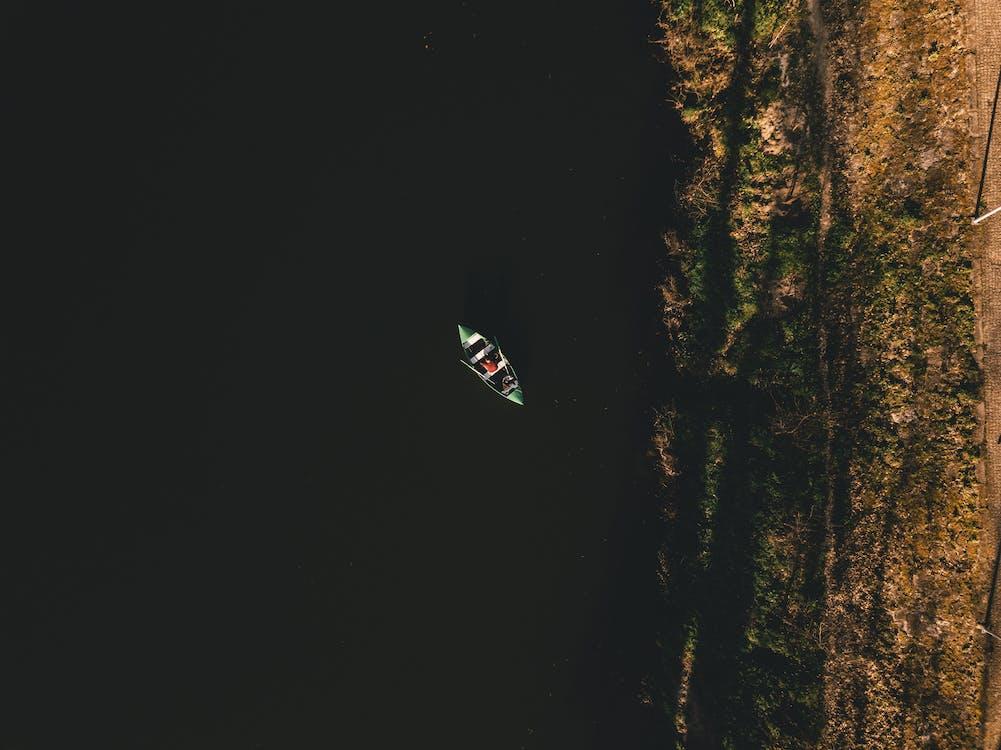 drooni, joki, kuva yläkulmasta