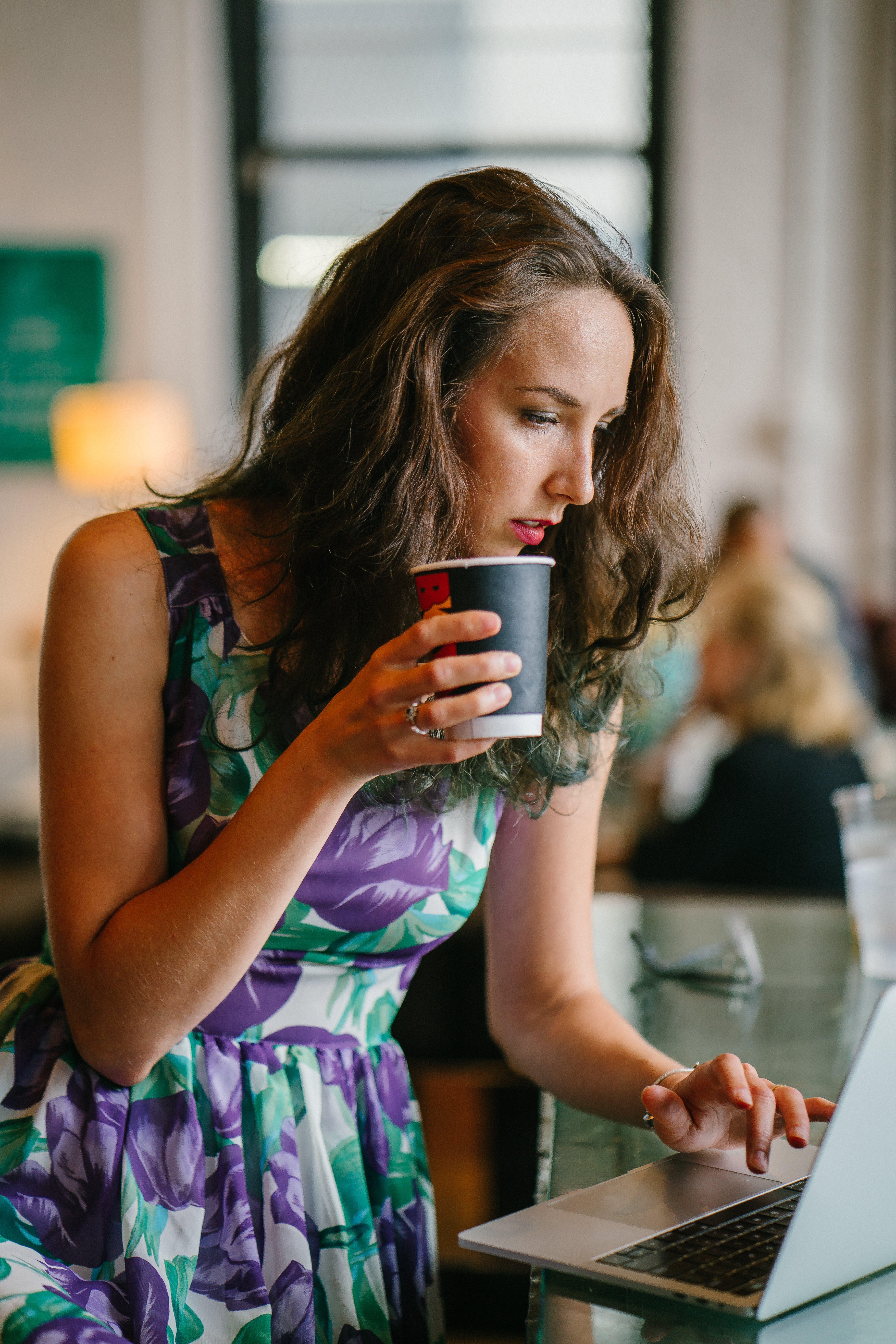 Kostenloses Stock Foto zu frau, kaffee, tasse, laptop
